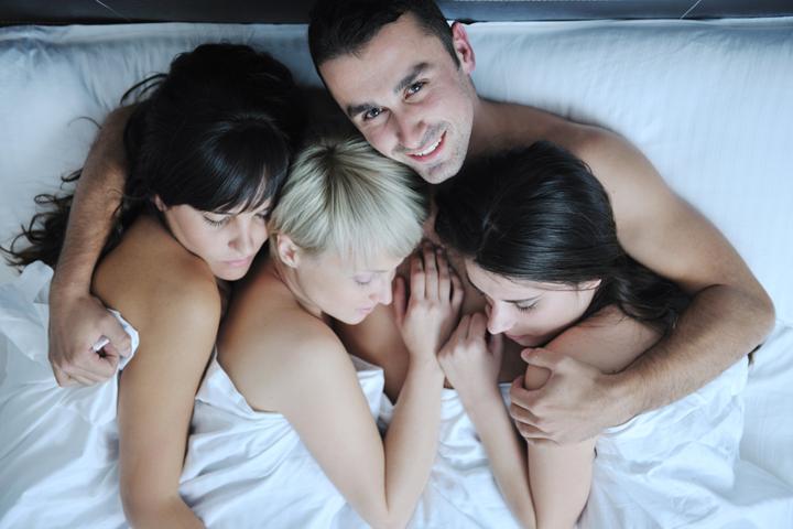 Жена друга стесняется раздеваться перед парой, с которой должны принять душ и поебаться